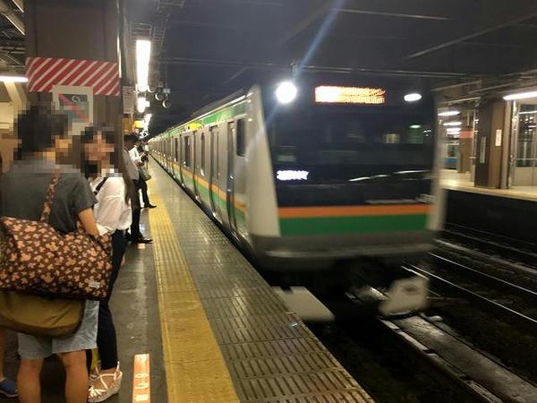 大宮駅に入線する小田原行き快速列車