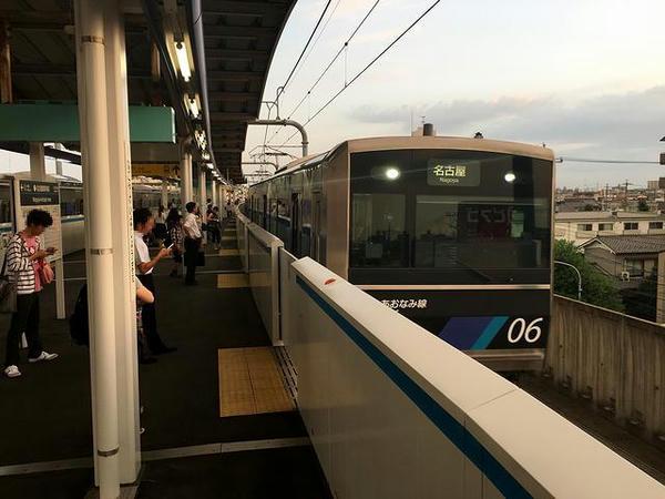 名古屋競馬場前駅に入線するあおなみ線上り普通列車
