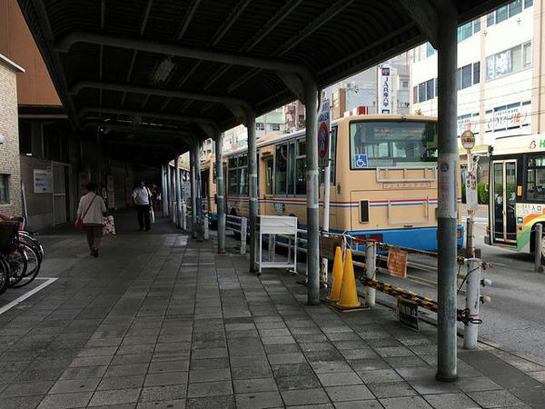 無料送迎バス乗り場と送迎バス