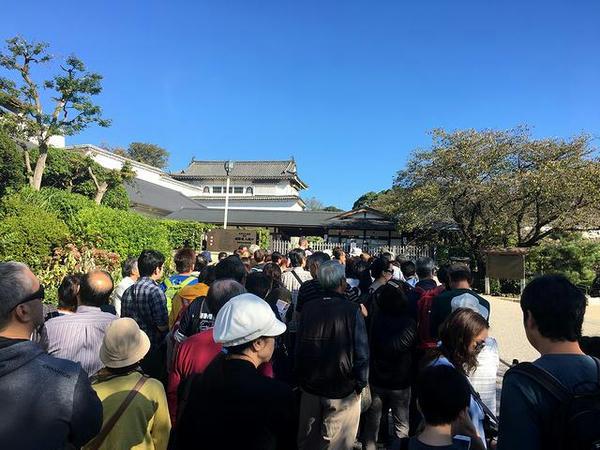 入場口で開場を待つ人々