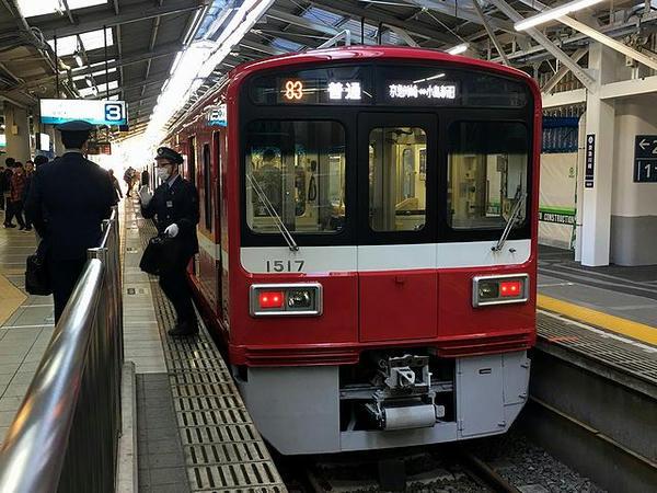 京急川崎駅で発車を待つ大師線普通列車