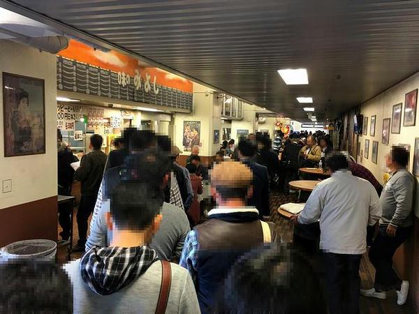 午後1時20分頃の1号スタンド2階飲食売店(万券通り)付近