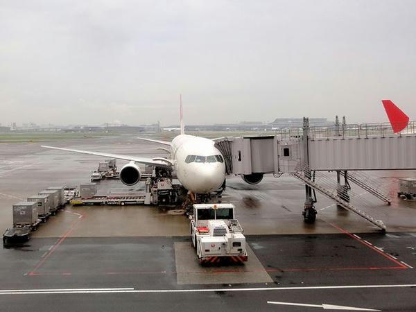 羽田空港で出発を待つJAL301便