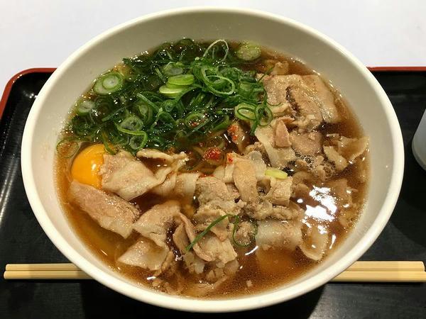 肉そば(豚) 670円 + 生卵 100円