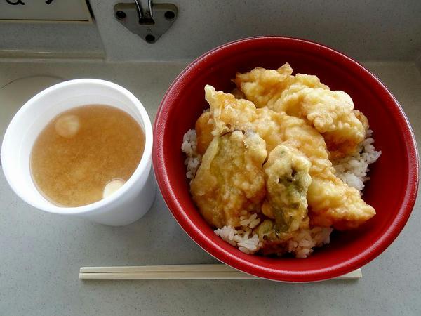 勝鶏天丼 580円 + みそ汁 100円