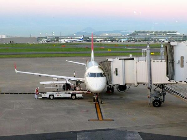 羽田空港で出発を待つJAL371便
