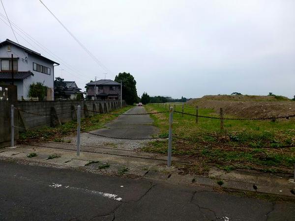 南端付近の入口跡から厩舎団地内部方向を望む