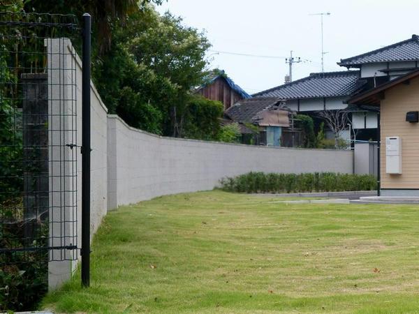 第1コーナーから第2コーナーにかけてのブロック塀