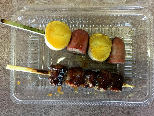 豊西牛 インカフランク串 300円 と 豊西牛カルビ串(黒ニンニクソースかけ) 350円 (トヨニシファーム)