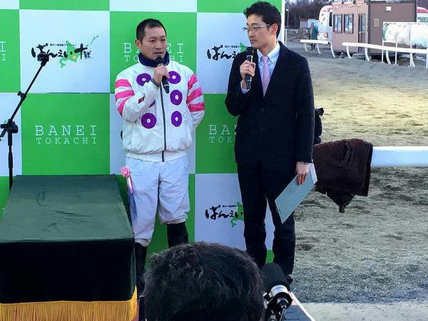 優勝インタビューを受ける鈴木恵介騎手