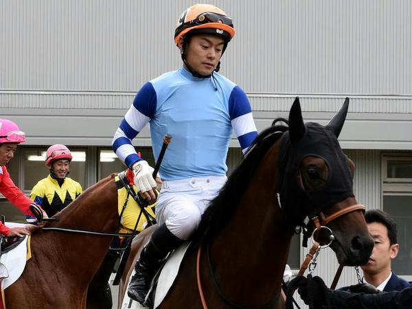 パドックを周回する藤井勘一郎騎手