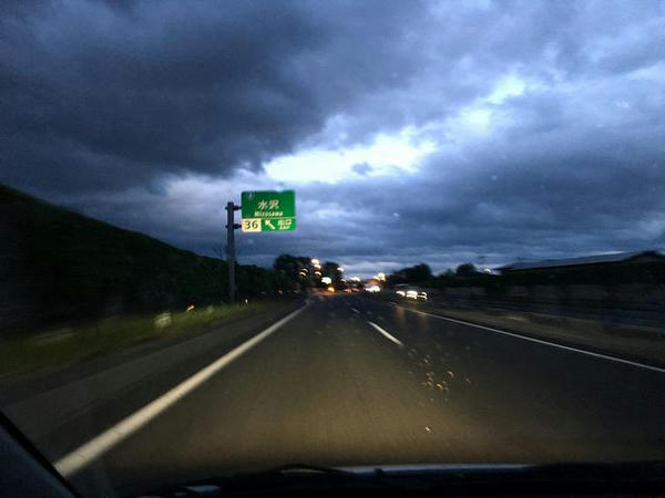 夕闇迫る東北自動車道