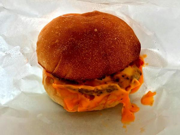 ハンバーガー とろけるチーズ 550円 (STAND:TRIGGER)