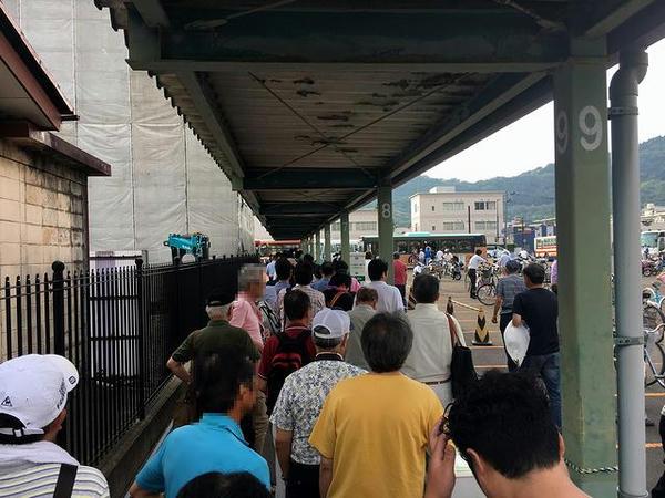 臨時バス乗り場に並ぶ人たち