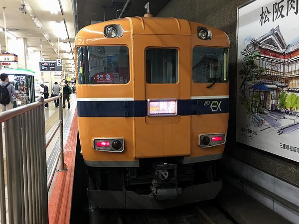 近鉄名古屋駅で発車を待つビスタEX