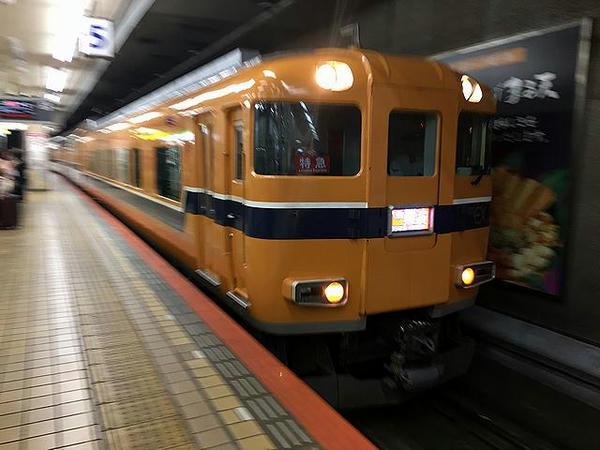 入線してきた大阪難波行き名阪乙特急