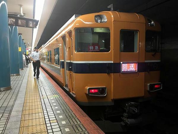 大阪難波駅到着後は回送列車としてそそくさと発車