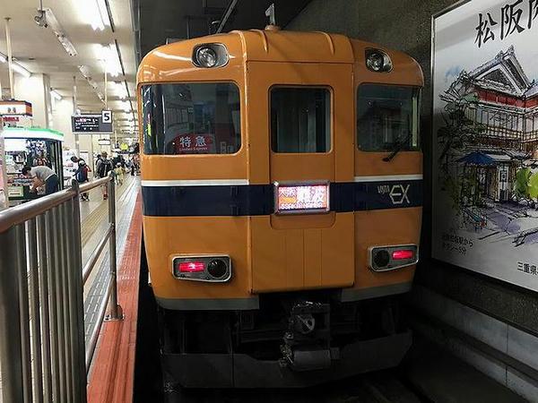 近鉄名古屋駅で発車を待つビスタカー