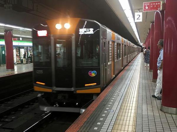 上本町駅に入線する神戸三宮行き快速急行