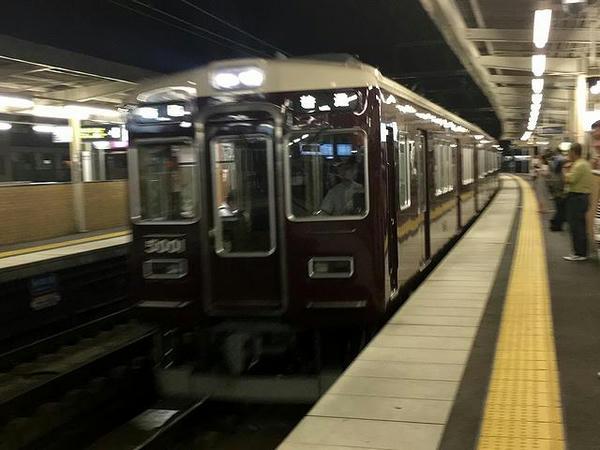 園田駅に入線する梅田行き普通列車