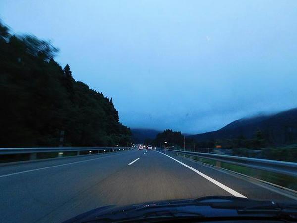 夕暮れの磐越自動車道を