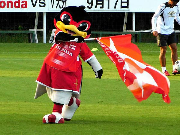 選手紹介で旗を振るパッサーロさん