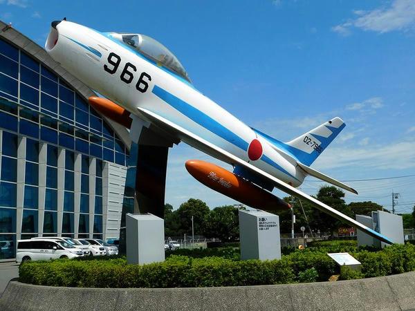 エアーパーク入り口のF-86F戦闘機 ブルーインパルス仕様