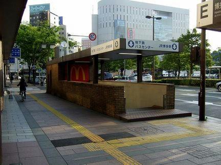 朝の博多駅地下鉄入口