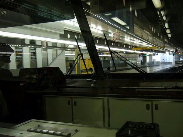 西鉄福岡(天神)駅で発車を待つA073特急(の車内から)