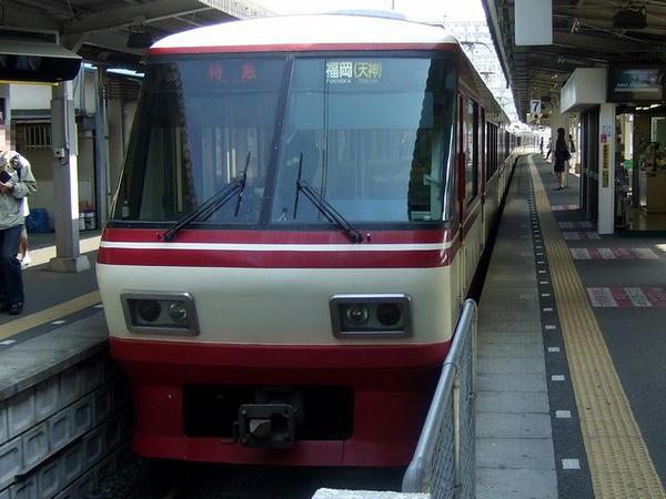 大牟田駅に到着して折り返しの準備をする8000形