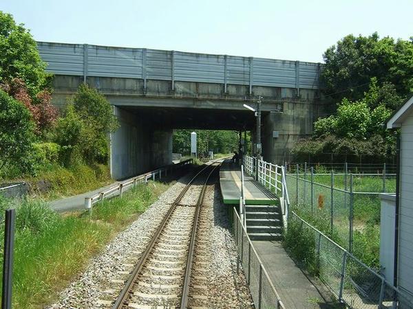 後ろからの車窓パート2、跨線橋下の駅