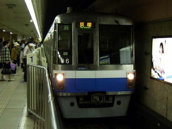 天神駅に入線する346