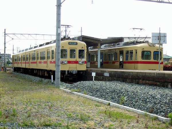 西鉄新宮駅で並ぶ600形と313形パート2
