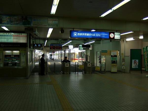 福岡市地下鉄側から観た西鉄貝塚駅改札口