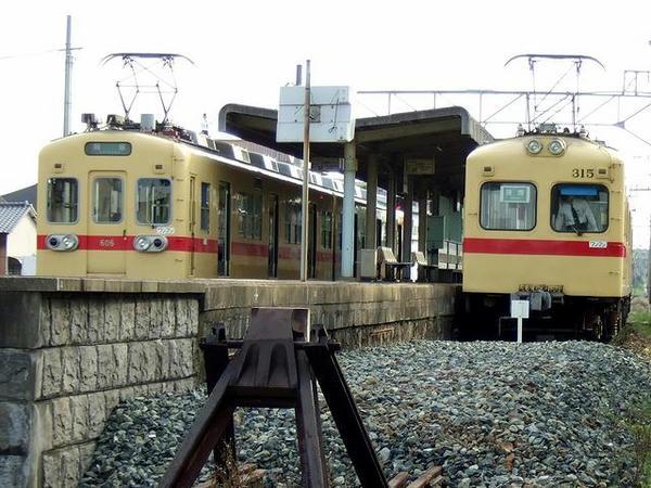 西鉄新宮駅で並ぶ600形と313形パート1