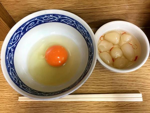 生玉子(那須御養卵) 50円、岩下のピリ辛らっきょう 100円(現金)