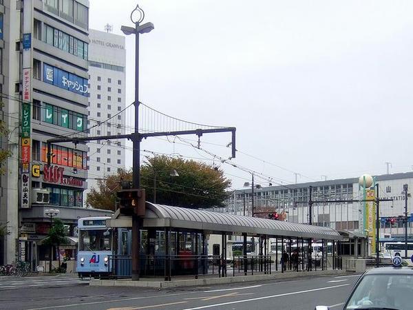 岡山駅前停留所(架線柱の形が面白いです)