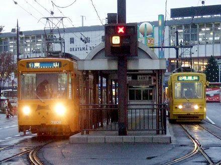 岡山駅前で発車を待つ7202と8301