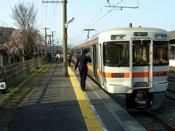 美濃赤坂に到着した4129F