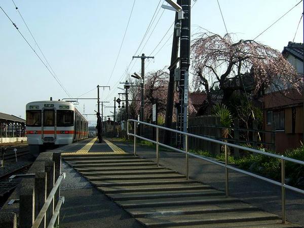 美濃赤坂駅で出発を待つ4218F