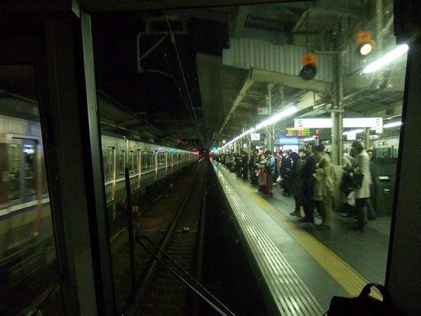 大阪駅に進入する825T