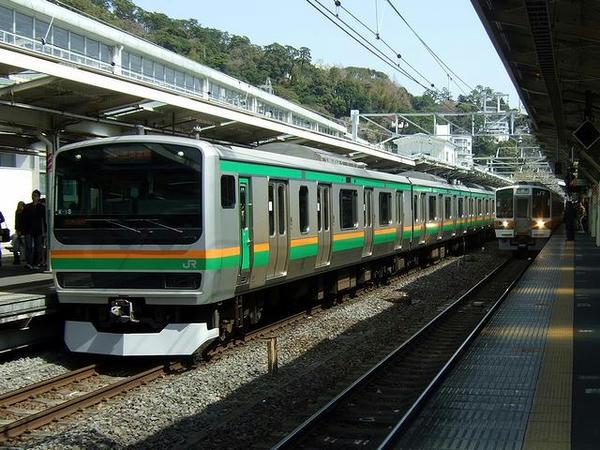 終点の熱海駅に到着した3753M快速アクティー(JR東日本E231系1000番台電車)と発車を待つ沼津行き1431M(JR東海211系5000/6000番台電車)