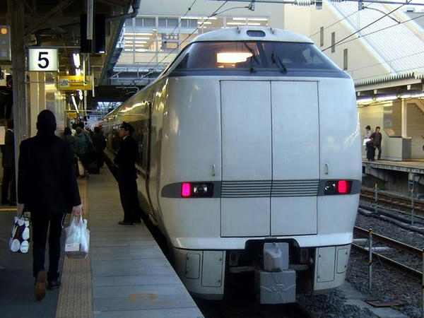 米原駅に停車中の特急しらさぎ号(JR西日本683系2000番台電車)