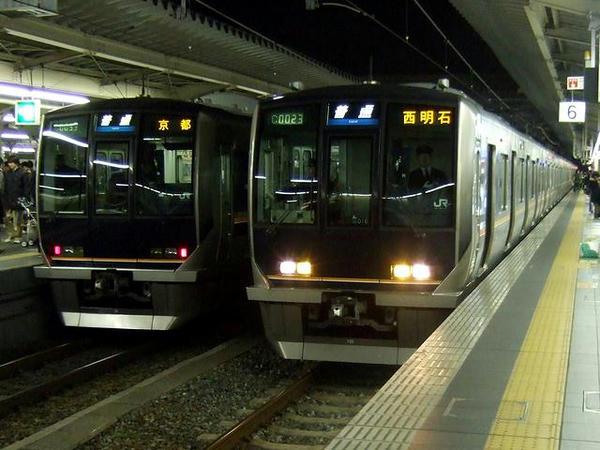 大阪駅に停車中の東海道・山陽本線各駅停車(JR西日本321系電車)