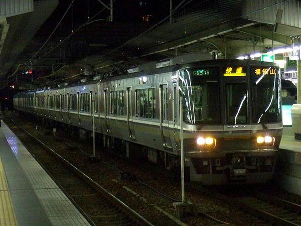 大阪駅で発車を待つ福知山線快速列車(JR西日本223系6000番台電車[宮原車])