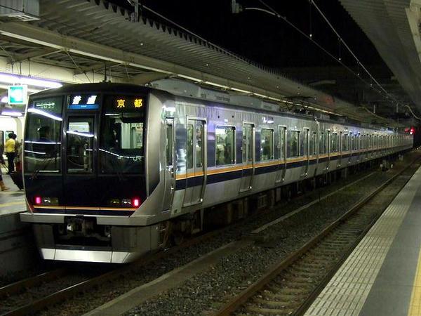 大阪駅に停車中の京都行き各駅停車(JR西日本321系電車)