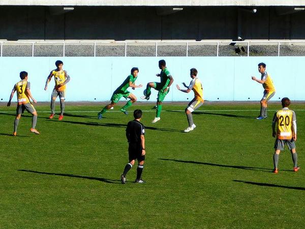 ジャンプしながら右足の外側でパスを出すレナチーニョ選手