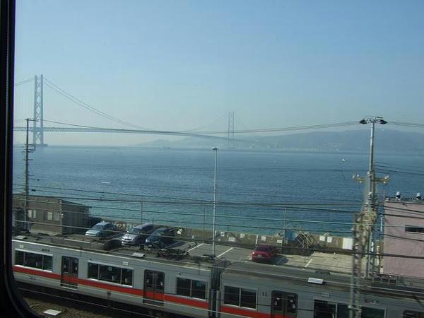 明石海峡大橋と山陽電鉄の電車