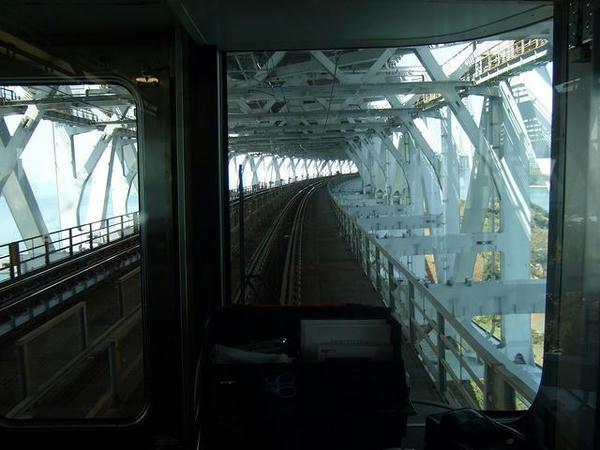 瀬戸大橋を渡る(列車最後尾からの眺め)