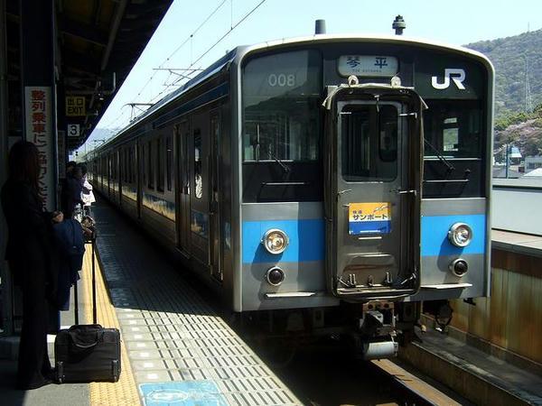 坂出駅に入線する1255M快速サンポート